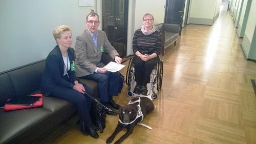 Liikenne- ja viestintävaliokunnassa käytävällä istuvat Valtakunnallisesta vammaisneuvostosta Merja Heikkonen, Näkövammaisten liitosta Markku Möttönen ja Invalidiliitosta Tiina Lappalainen.