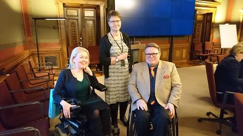 Ministeri Saarikon järjestökuulemisessa kuvassa Invalidiliiton lakimies Elina Nieminen, pääjohtaja Petri Pohjonen ja stm neuvotteleva virkamies Jaana Huhta.