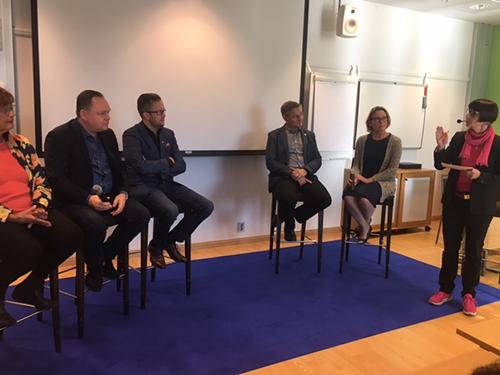 Invalidiliiton juhlakiertueen Oulun panelistit ja juontaja