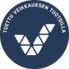 Tummansininen pyöreä logo jossa Veikkauksen logo ja teksti tuettu Veikkauksen tuotoilla