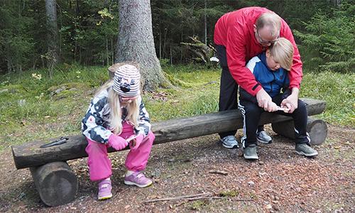 Lapset veistävät kaarnapaloja Harvinaiset-kurssilla