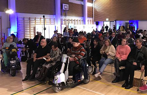 Invalidiliiton juhlakiertueen Helsingin paneelin yleisöä