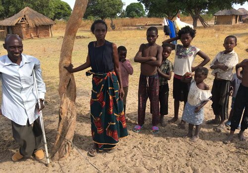 Sambialaisia kylänsä edustalla. Kuvituskuva.