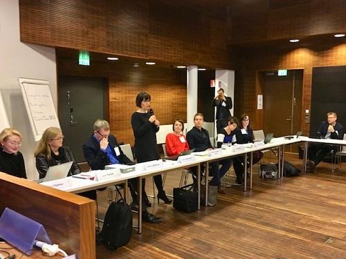 Invalidiliiton yhteiskuntasuhdejohtaja Laura Andersson pitämässä puheenvuoroa Digi arkeen -neuvottelukunnassa.
