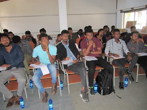 Addis Abeban yliopiston arkkitehtiopiskelijat esteettömyys- ja vammaistietouskoulutuksen luennolla