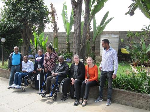 Etiopiassa DDIn toimiston pihalla DDIn henkilökuntaa, Invalidiliiton Kirsti Pesola ja Laura Poussa