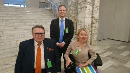Invalidiliiton lakimies Henrik Gustafsson, pääjohtaja Petri Pohjonen ja lakimies Elina Nieminen eduskunnassa.