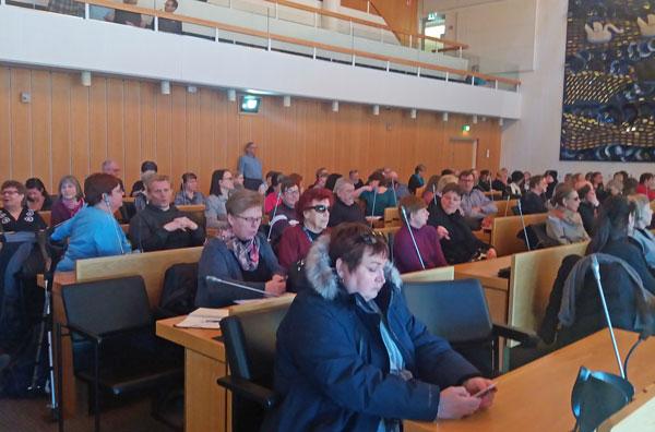 Tampereen paneelissa istuu kuulijoita