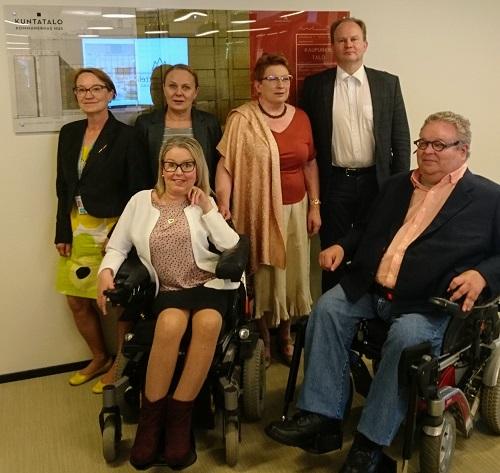Vammaisjärjestöt vierailulla kuntaliitossa, ryhmäkuvassa Invalidiliiton, Suomen Vammaisyrittäjien, Heta-liiton ja Kuntaliiton edustajat.