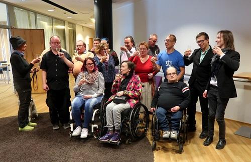 Vammaisten yrittäjien yhdistyksen jäsenillä kuohuviinilasit käsissä.