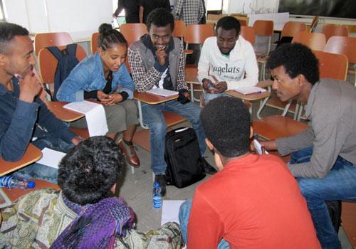 Opiskelijat tekevät ryhmätöitä Addis Abeban esteettömyyskoulutuksessa