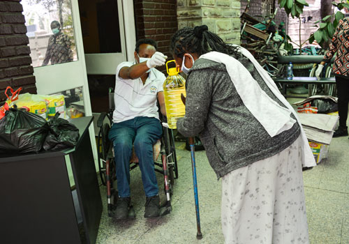 DDI:n työntekijät veivät ruokatarvikkeita humanitaarisena apuna Addis Abeban liikuntavammaisille äideille ja heidän perheilleen. Kuvituskuva.