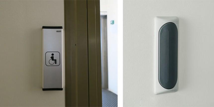 Esimerkkejä sähköisesti avautuvan wc- ja pesutilan oven avauspainikkeista, jotka voi avata myös kyynärpäällä.